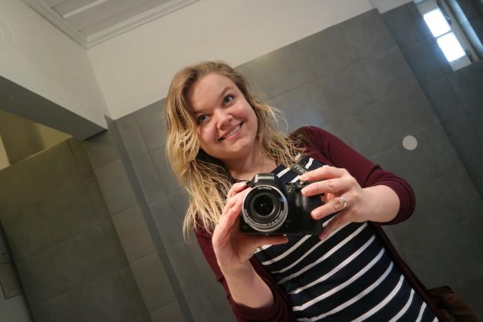 Caro fotografiert sich selbst im Spiegel