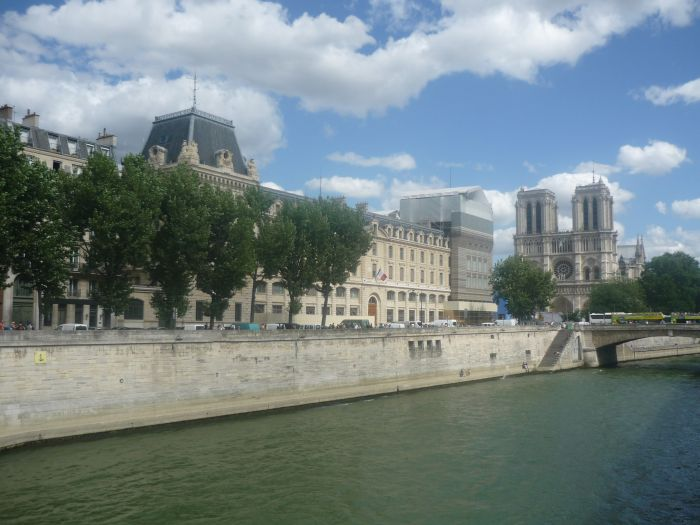 Blick auf die Seine und die Kathedrale Notre-Dame in Paris