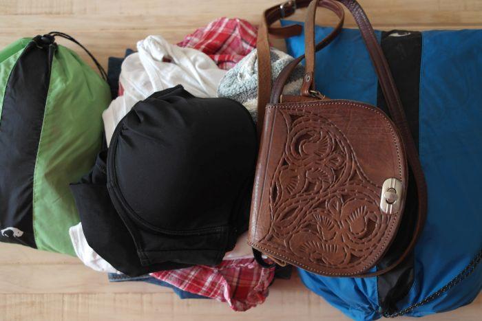 Kleidung in Packbeuteln