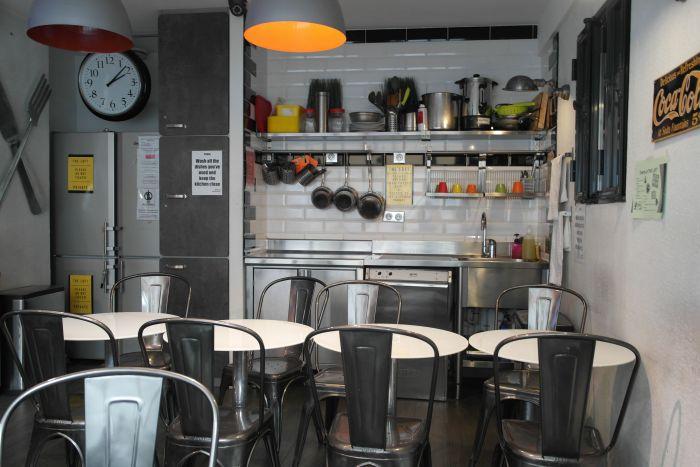 Küche und Aufenthaltsraum im Loft Hostel Paris
