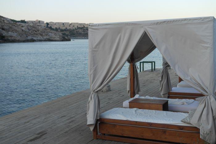 Himmelbett neben der Bucht in Kallithea