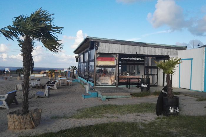 Strandbar mit Palmen in Dangast an der Nordseeküste