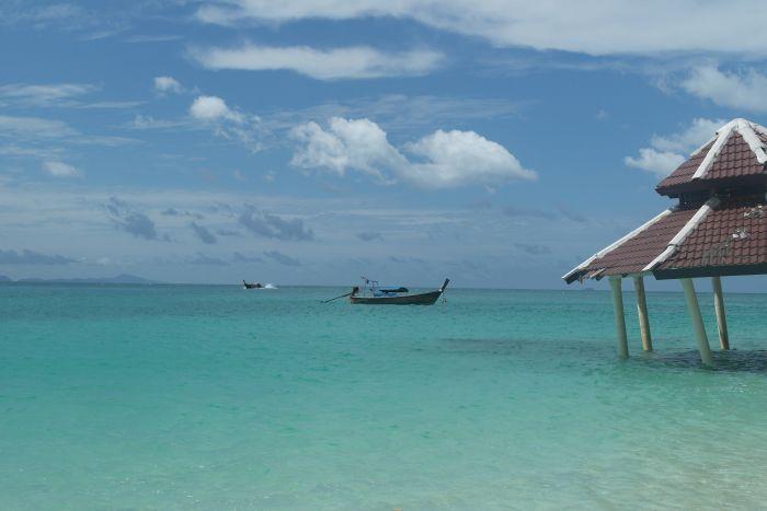 Pavillon und Longtailboot auf Bamboo Island