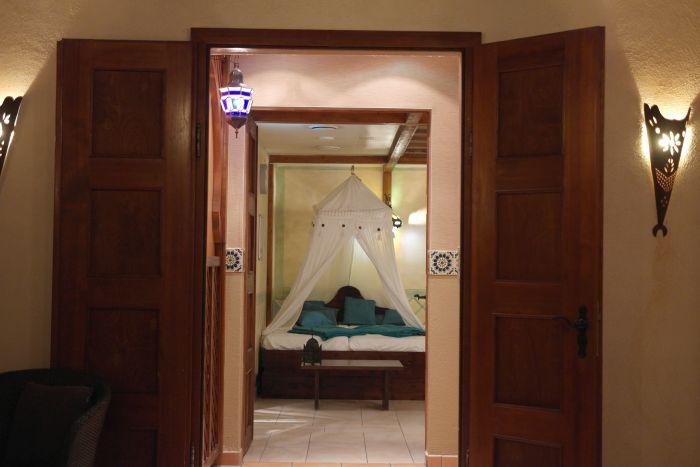 Geöffnete Tür mit Blick auf ein Himmelbett