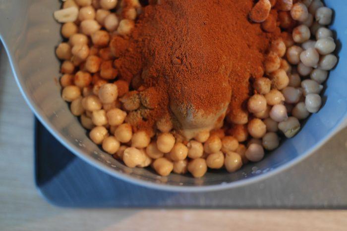 Alle Zutaten für Hummus in einer Schüssel