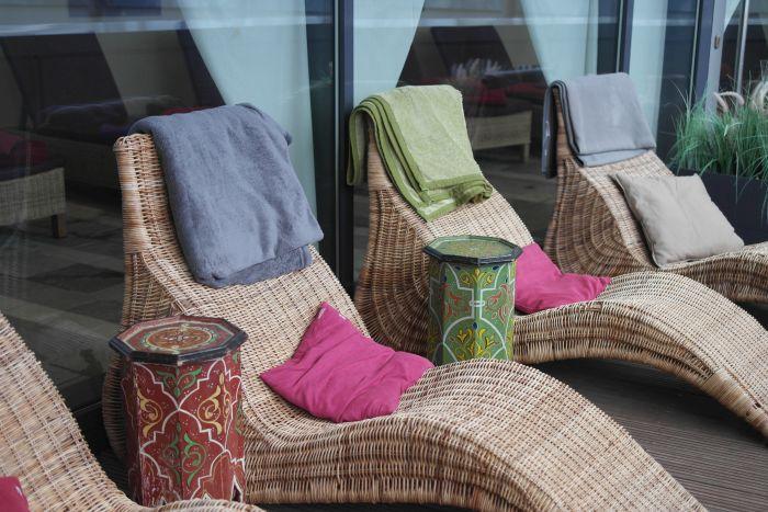 Liegestühle mit orientalischen Tischen