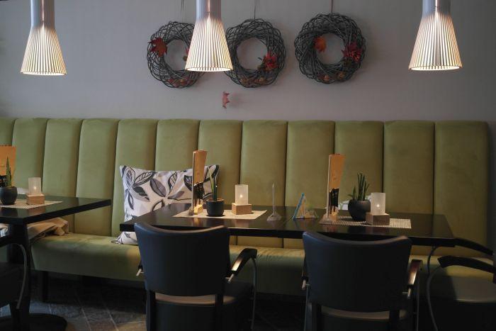 Tisch im Gastronomiebereich des Isharas