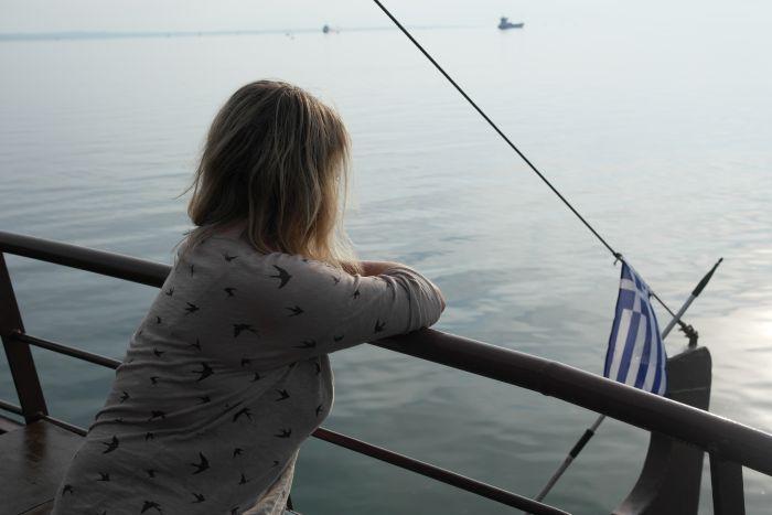 Caro blickt von der Reling aufs Meer