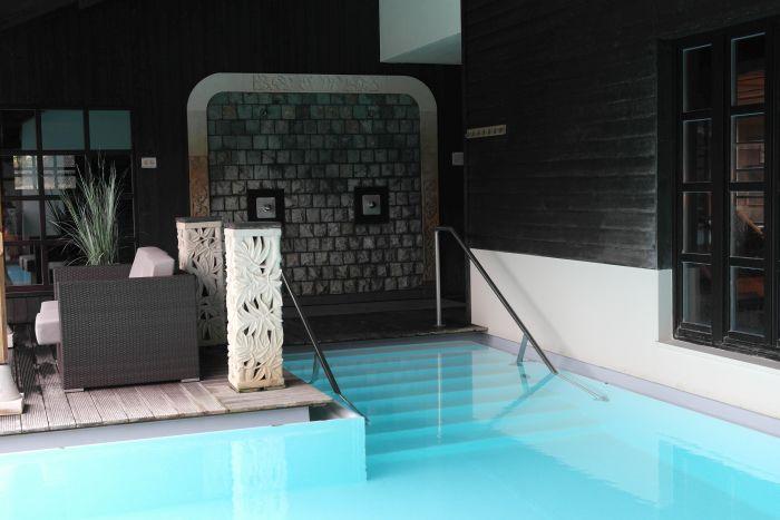 Leben à la carte: Pool im Atrium in der Bali Therme